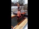 идиоты купаются зимой