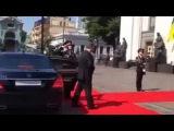 Инаугурация Порошенко - упал солдат